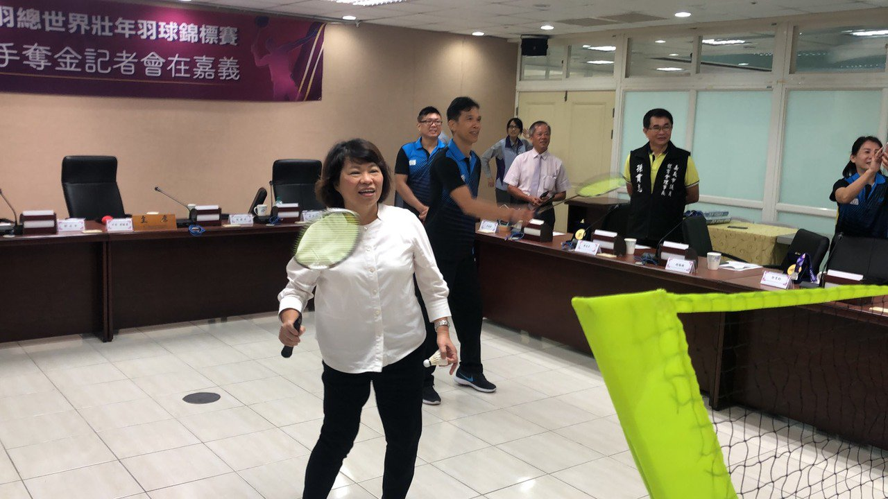 市長黃敏惠接見中華隊吳昶潤等6名選手,恭賀他們取得佳績,還在市府會議室打羽球。記...