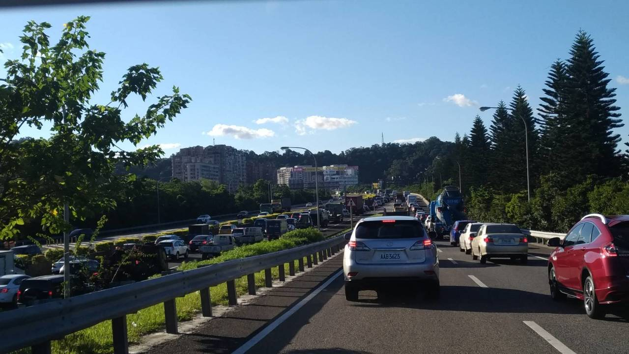 中秋連假開始,安坑交流道南下32k下午4時已出現塞車情況。記者胡瑞玲/攝影