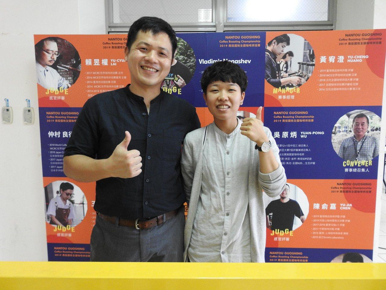 暨大碩班香港籍學生莫芷晴(右)與師父沈詠為(左)一起參加全國咖啡烘焙賽,分獲冠軍...