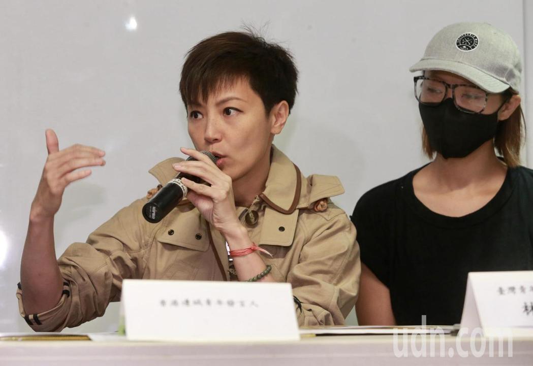 香港音樂人何韻詩(左)、香港邊城青年發言人關小姐(右)等,下午舉行「929台港大...