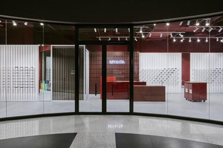 亞洲第二間的MYKITA專賣店落腳台北,店舖呈現不同的鐵鏽色調與質感,而這也是設...