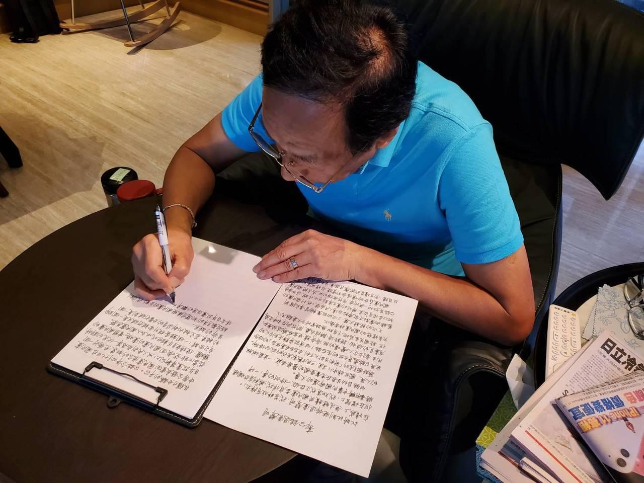 鴻海創辦人郭台銘宣布退出國民黨,並親自手寫退黨聲明,由永齡基金會副執行長蔡沁瑜前...