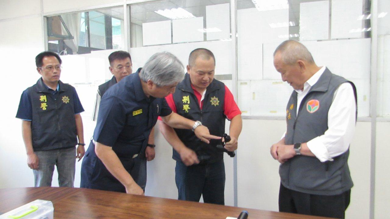 苗栗分局偵查隊小隊長劉文兆(右二)使用模擬槍,模擬昨天負傷阻止開槍的過程,苗栗縣...