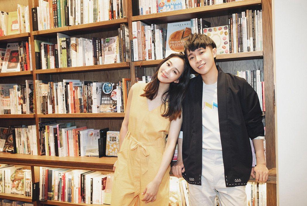 吳青峰(左)邀來好友張鈞甯擔綱MV女主角。圖/環球提供