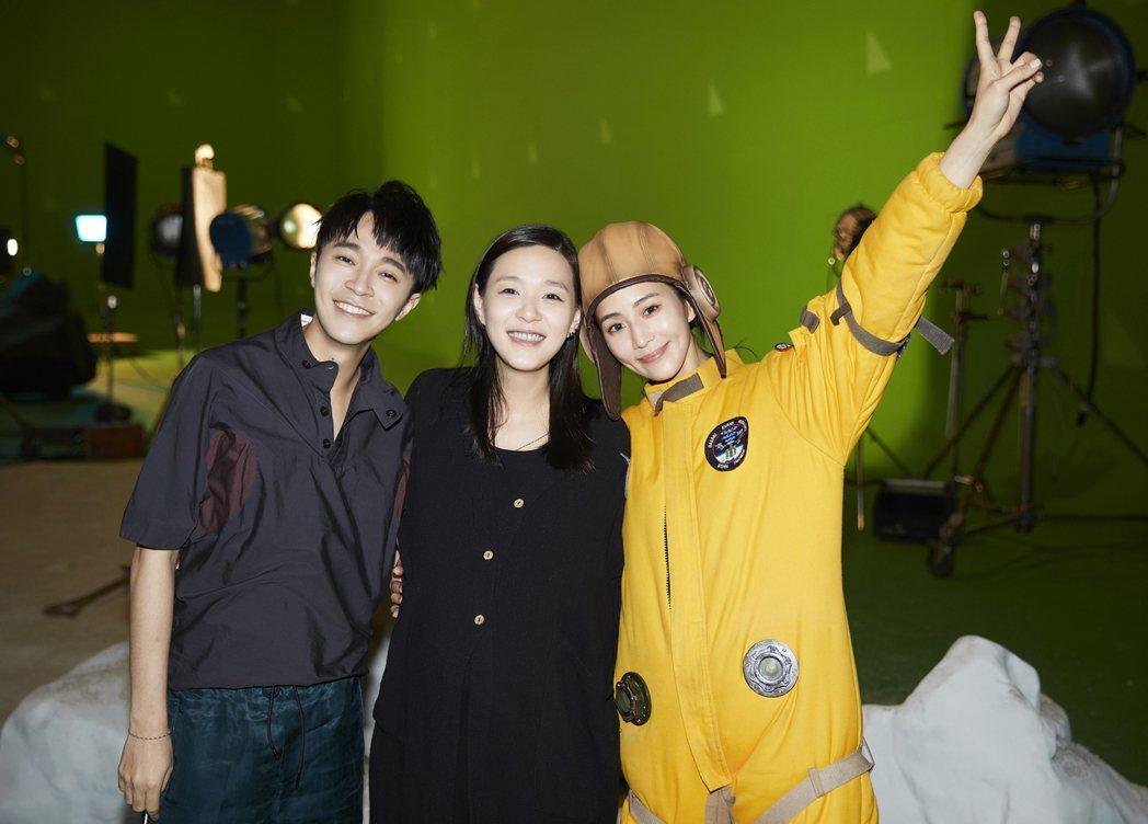 安溥(中)挺著孕肚探班,讓吳青峰(左)、張鈞甯又驚又喜。圖/環球提供