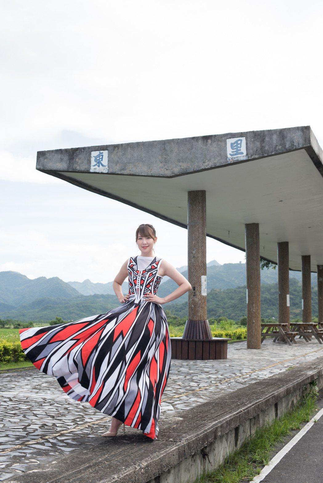 李懿在花東縱谷最美火車站「東里車站」留下倩影。圖/伊林提供