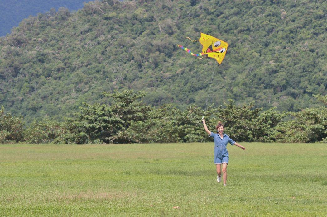 李懿在鹿野高台放風箏。圖/伊林提供