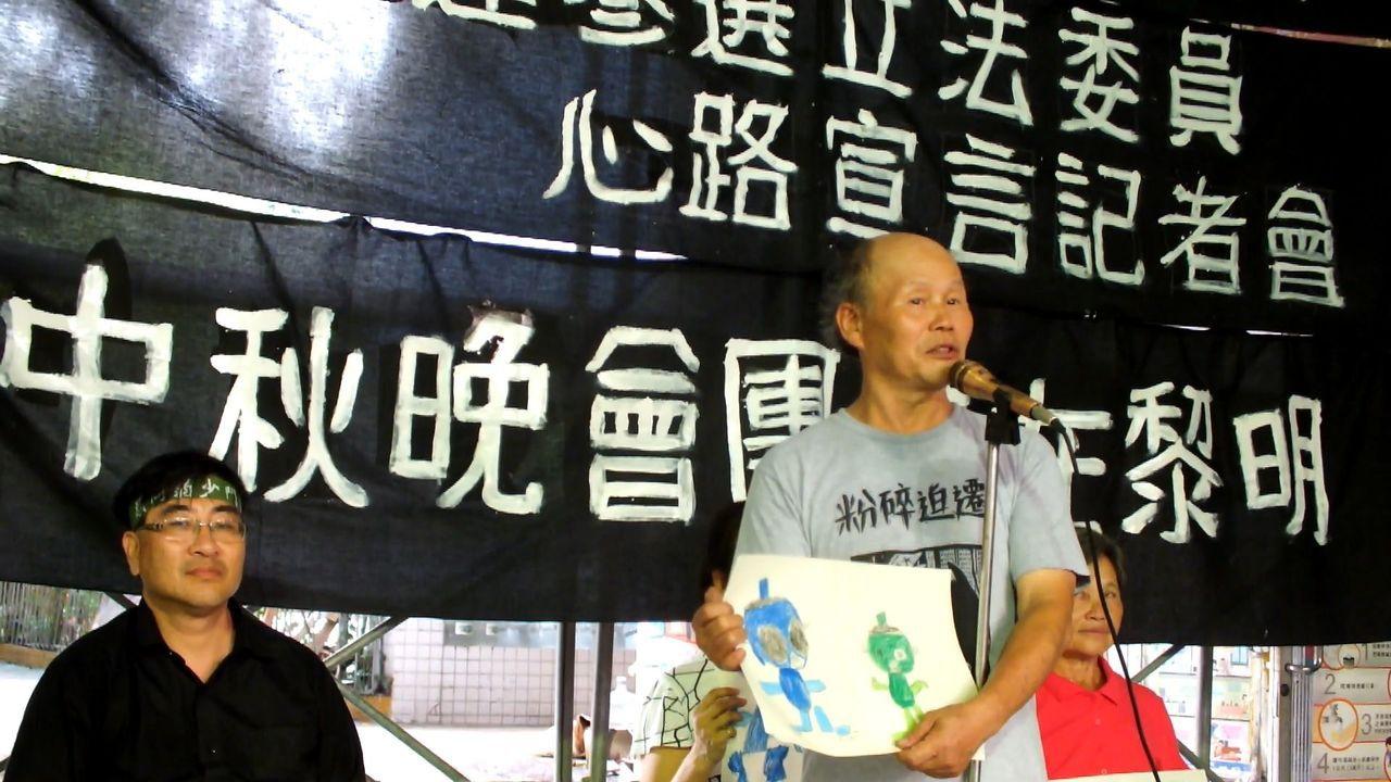 台中市黎明幼兒園園長林金連(右)今天在台灣土地正義行動聯盟成員、台科大副教授陳致...