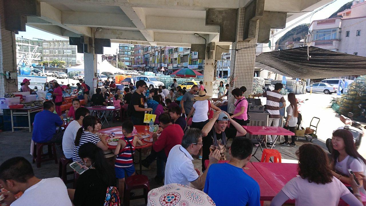 民眾採買好後,可在現場要求代客烹煮,直接享用最新鮮的萬里蟹。圖/新北市漁業處提供