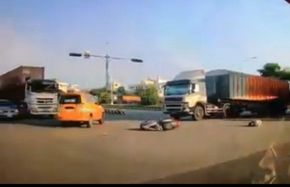 台中市清水區今天發生車禍,聯結車和機車撞,2人受傷。圖/取自臉書清水小鎮