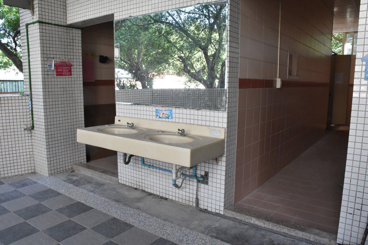 自強國中的廁所因經費受限,廁所改建只完成一半,且採光不佳陰暗潮濕,容易產生異味、...