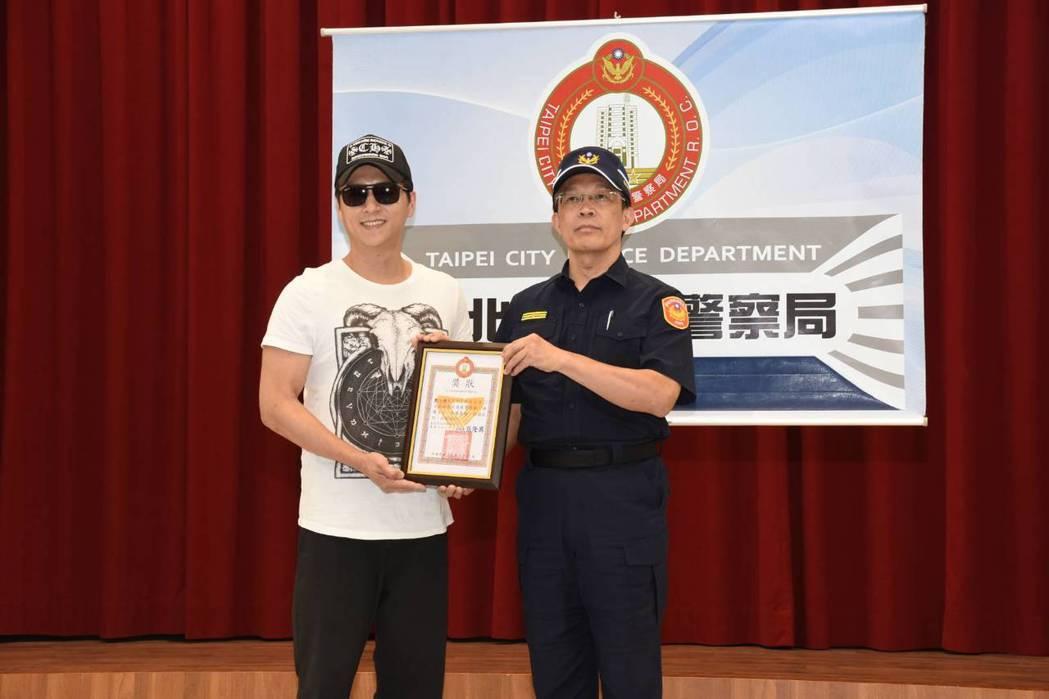 台北市萬華分局分局長張隆興(右)頒感謝狀給藝人鄭人碩(左)。記者李隆揆/翻攝