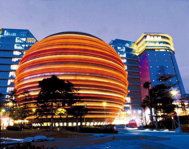 京華城的建築設計構想來自威京總部集團創辦人沈慶京,建築物取自「雙龍抱珠」概念,但...