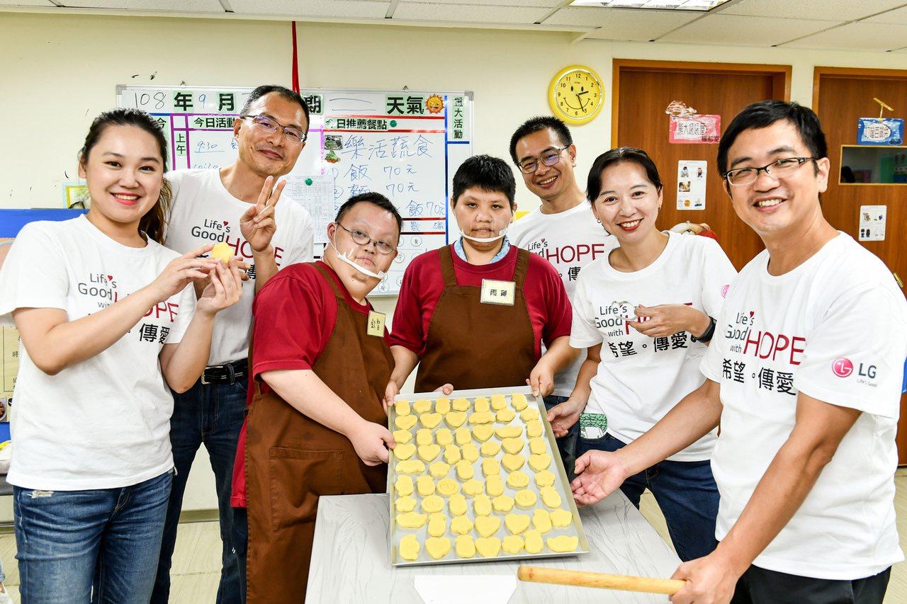 台灣LG電子董事長宋益煥率領台灣LG電子北部員工參與喜憨兒基金會「餅乾教室」計畫...