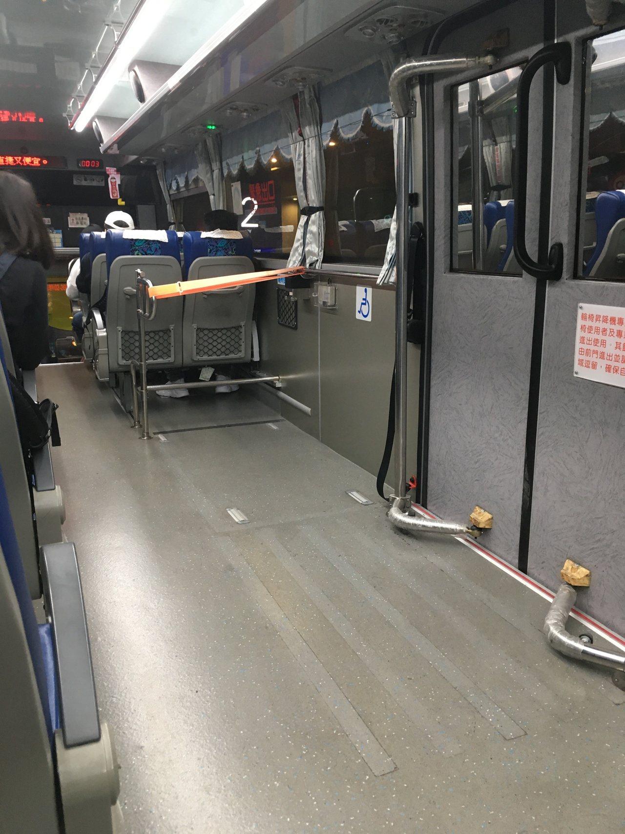 長途客運只有很低比例改裝無障礙設施:本圖為國光客運的無障礙巴士,可看到必須另外加...