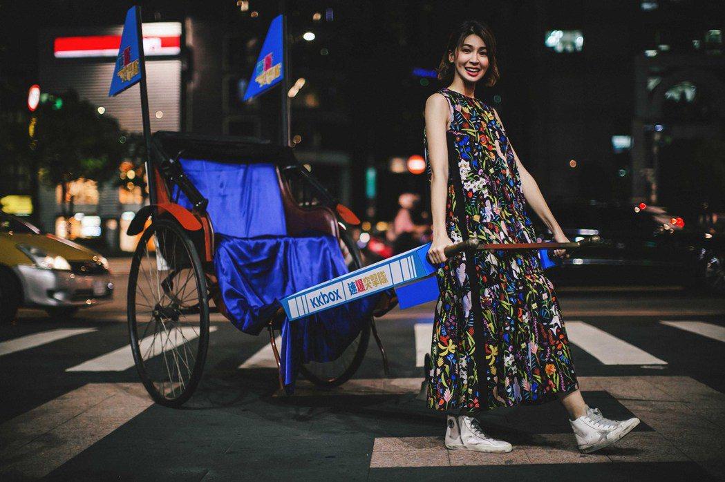 曾沛慈搭著人力車宣傳新專輯「謎之音」。圖/KKBOX提供