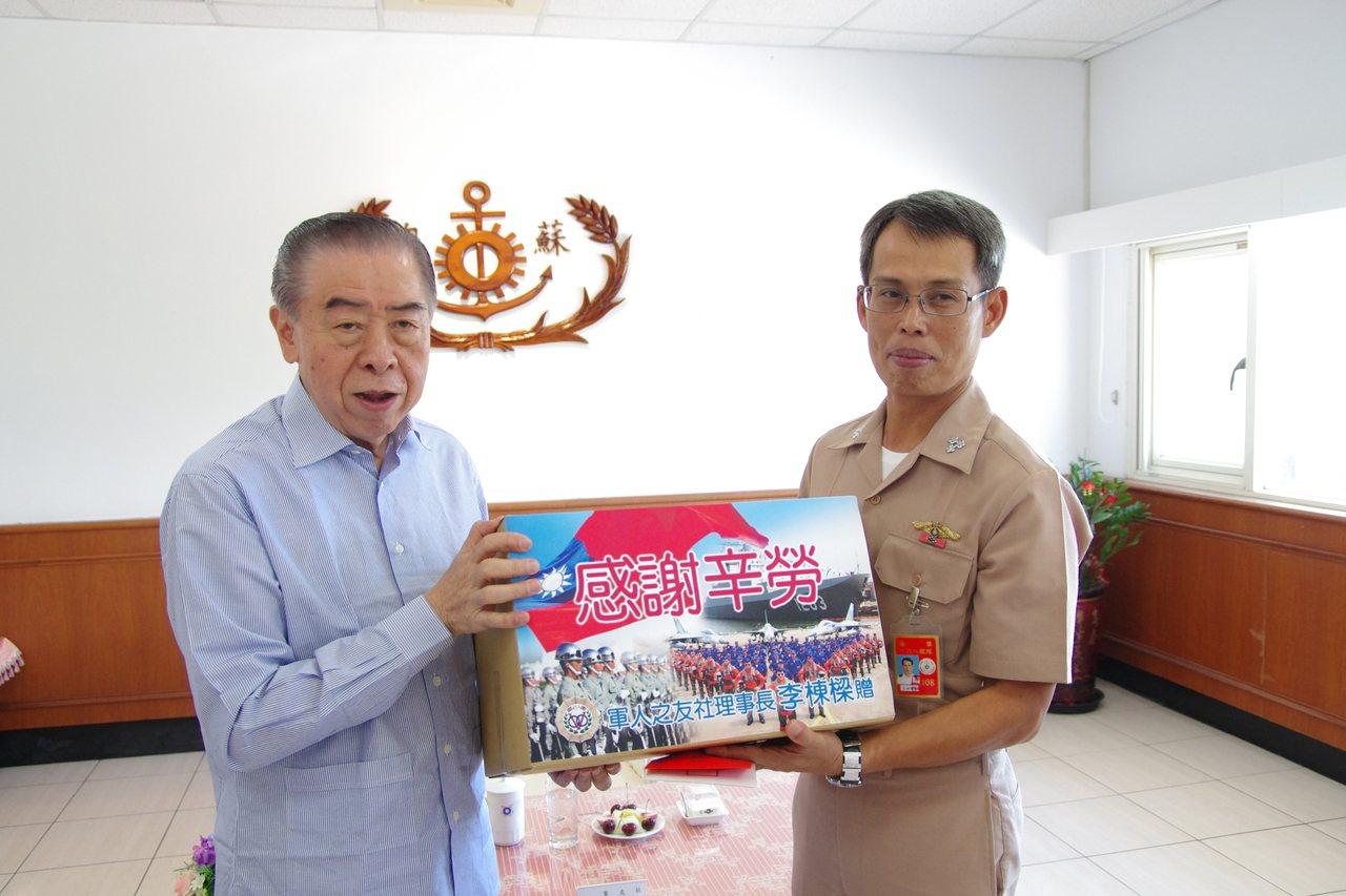 李棟樑致贈慰問品給海軍168艦隊與蘇支部。記者程嘉文/攝影