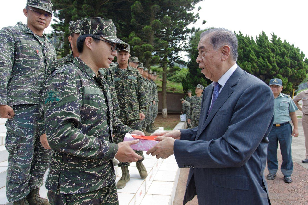 軍友社理事長李棟樑訪烏坵,向官兵賀節。圖/軍聞社