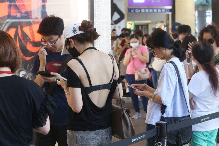 微風廣場周年慶首日開店前消費者排隊領開門禮。記者林俊良/攝影