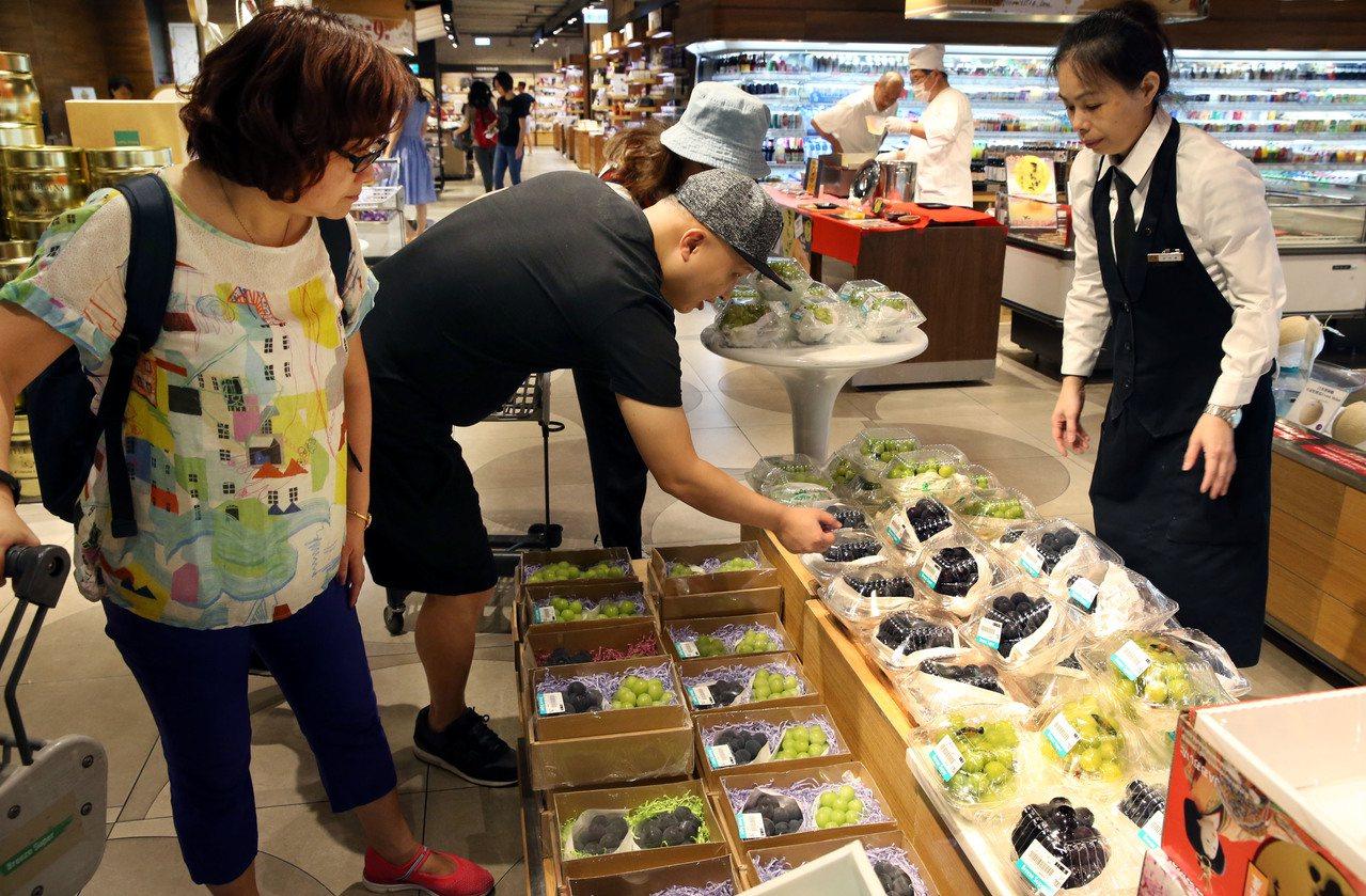 微風超市麝香葡萄賣超過百串。記者林俊良/攝影