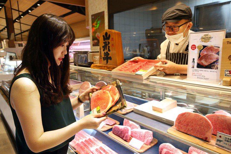 微風超市首四日優惠「宮崎A5和牛」在中午前銷售一空。記者林俊良/攝影