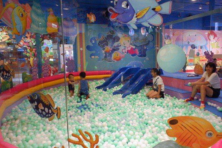 京華城最招牌的兒童遊樂設施,還是有不少民眾捧場。記者江佩君/攝影