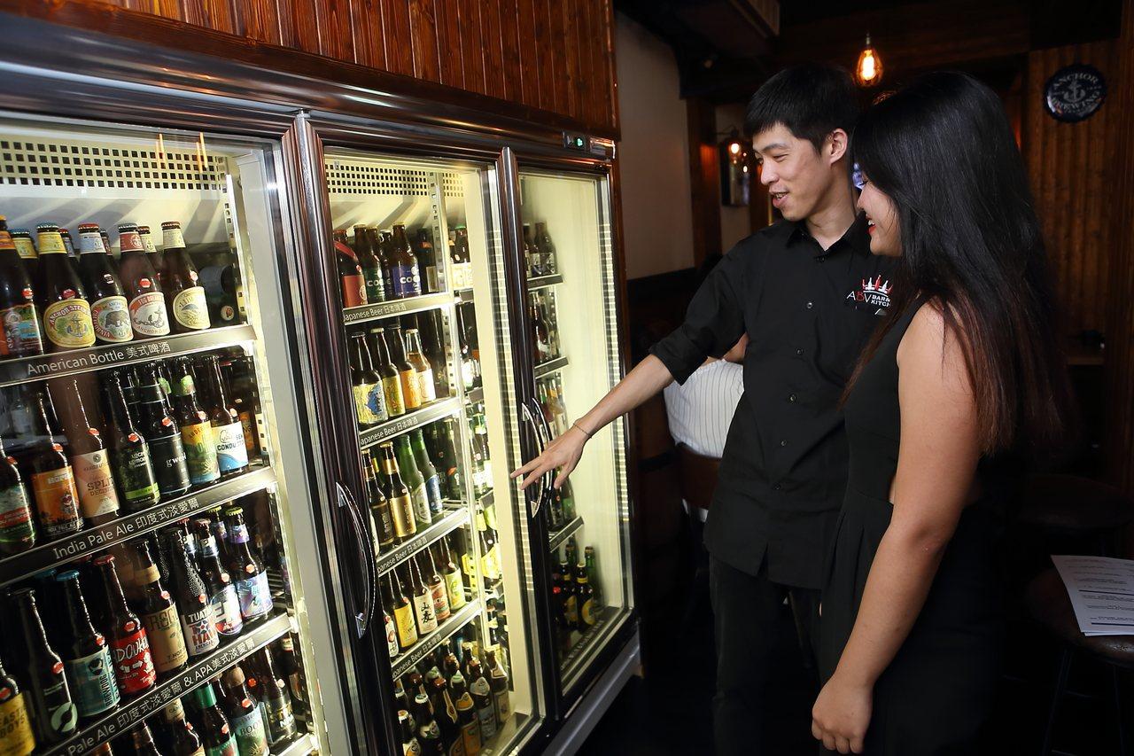 ABV日式居酒屋內供應有約300款精釀啤酒,更有數十款的日本精釀啤酒。記者陳睿中...