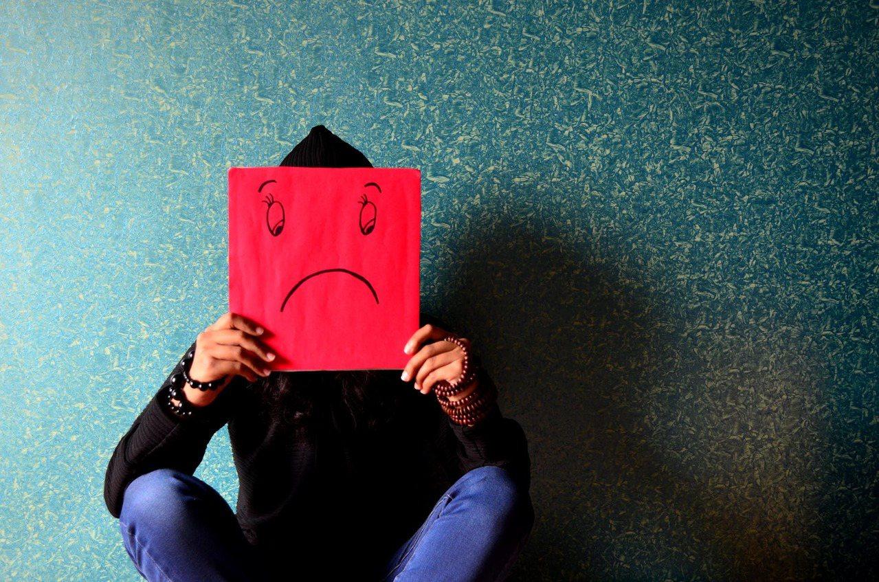 水瓶座的思考邏輯不只自己與別人,但千萬別觸動他那顆憂鬱的心臟。圖/摘自pexel...