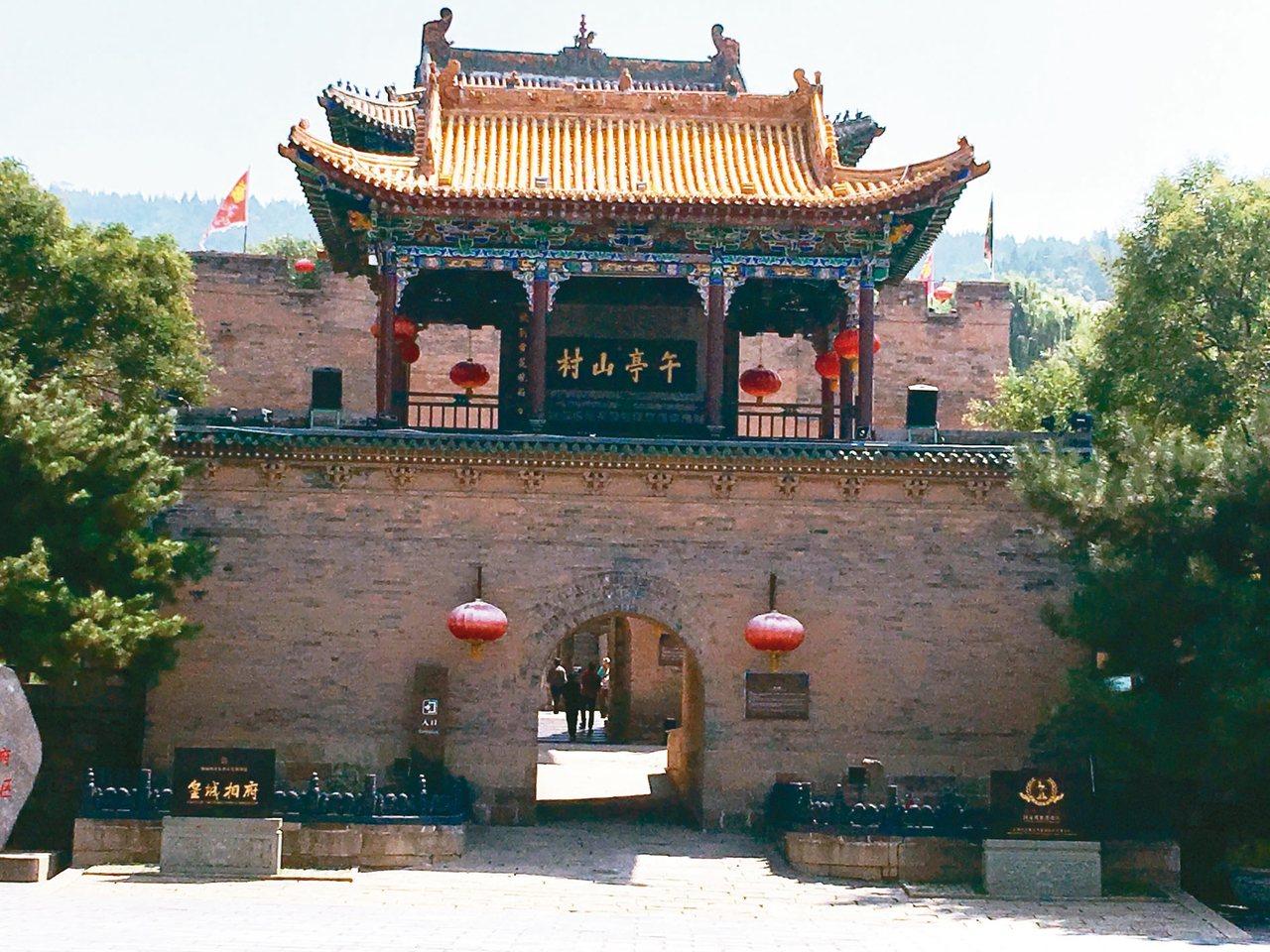 皇城相府有「東方第一雙城古堡」美譽。圖為御書樓,檈上珍藏清康熙帝御書「午亭山村」...