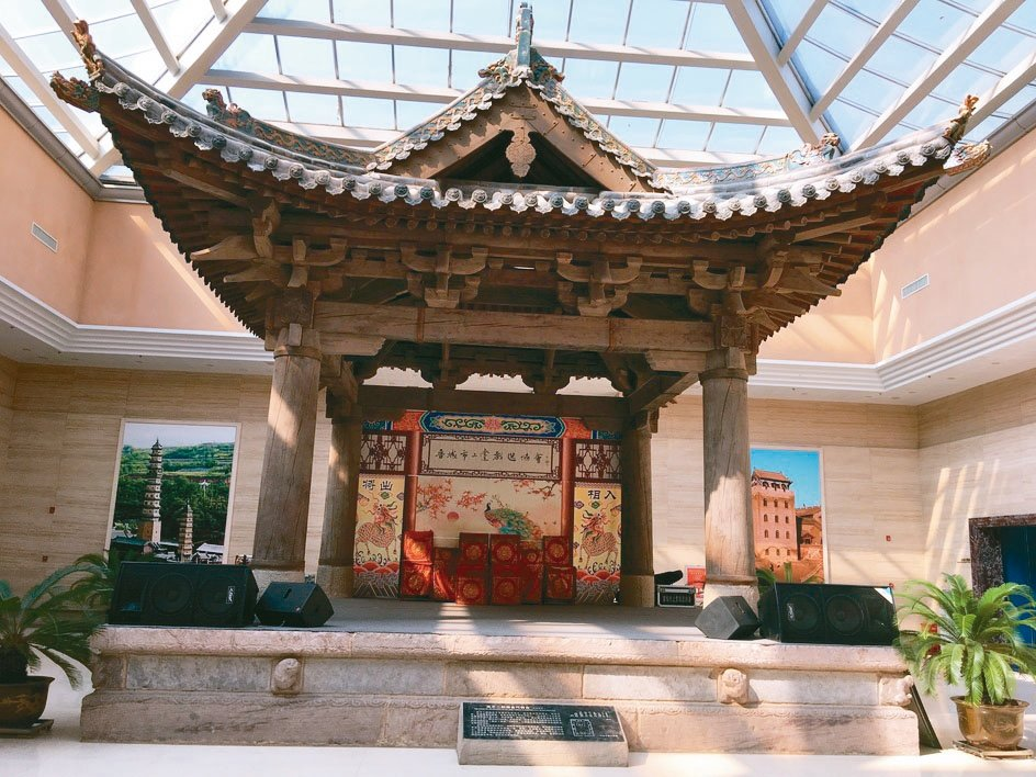 晉城博物館收藏的高平二郎廟金代舞台,是大陸現存年代最早的木結構舞台。 特派員王玉...