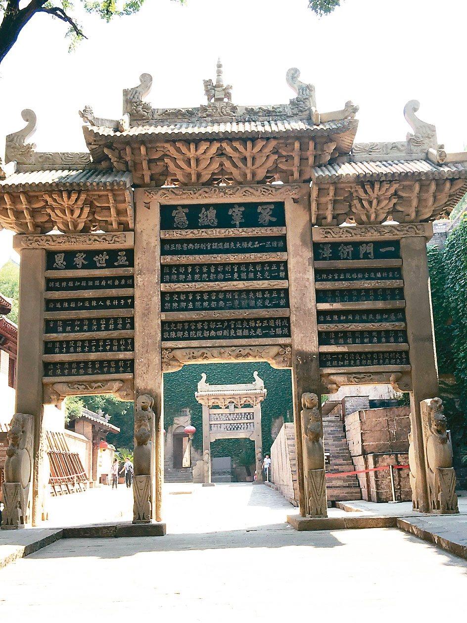 石牌坊,上面記載陳氏家族一門五代人的官職功名。 特派員王玉燕/攝影