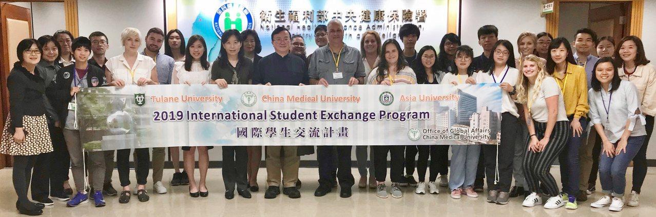 杜蘭大學十二名師生在亞大健管系師生陪同下,參訪衛生福利部中央健康保險署。圖/亞洲...