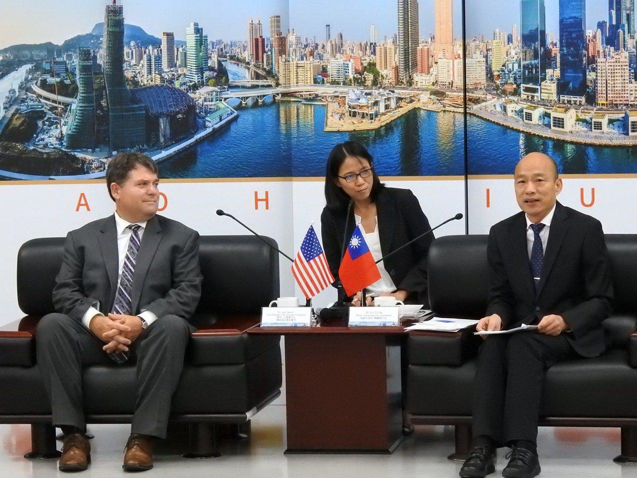 美國傳統基金會副會長傑克・史賓塞(左)一行,昨拜訪高雄市長韓國瑜(右)就市政、台...