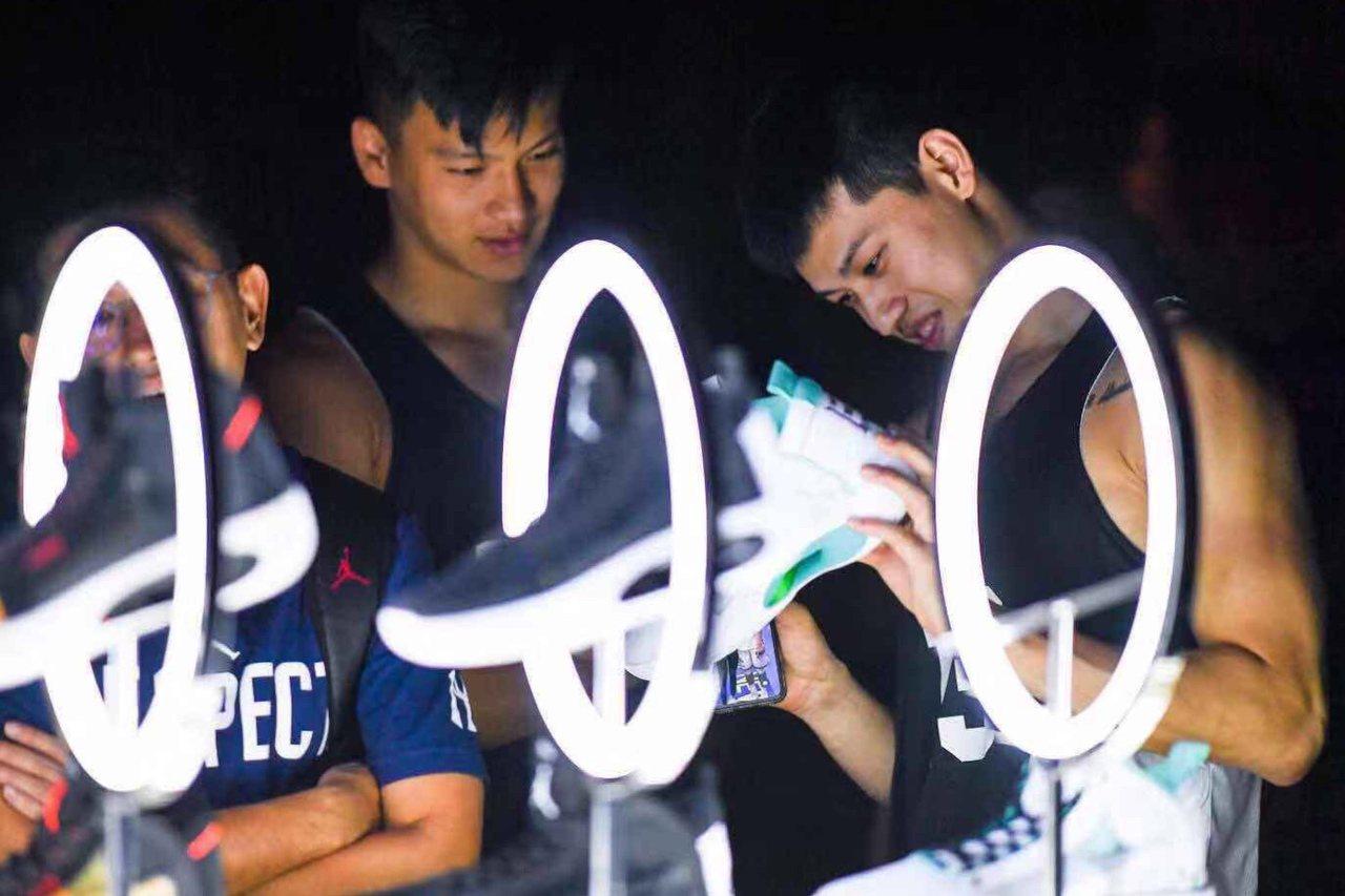 陳昱瑞(右起)和謝亞軒仔細研究最新款喬丹34代戰靴。 圖/Jordan Bran...
