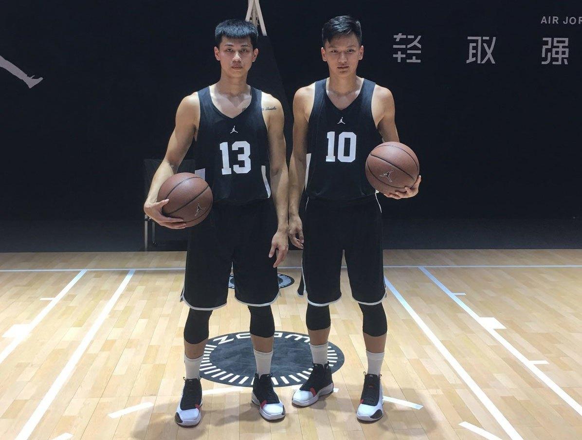 陳昱瑞(左)和謝亞軒體驗最新款喬丹34代戰靴。 特約記者曾思儒/攝影