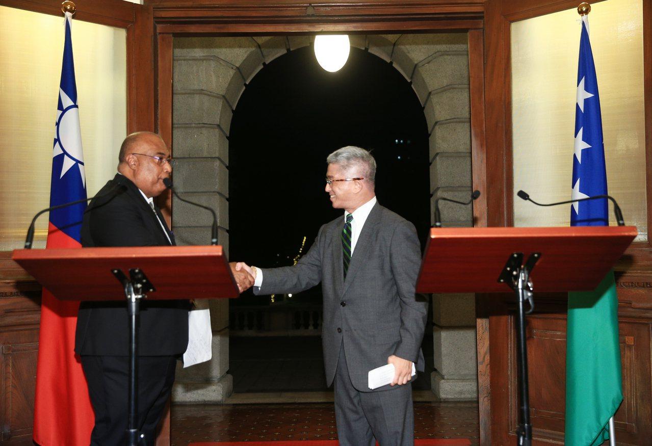 外交部次長徐斯儉(右)、索羅門群島外交部次長貝克(左)日前回答媒體提問,記者會結...
