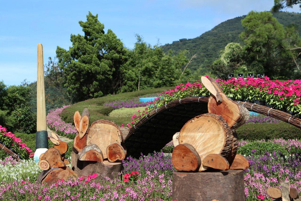 「花鐘廣場」木製月兔。圖/台北市公園處提供