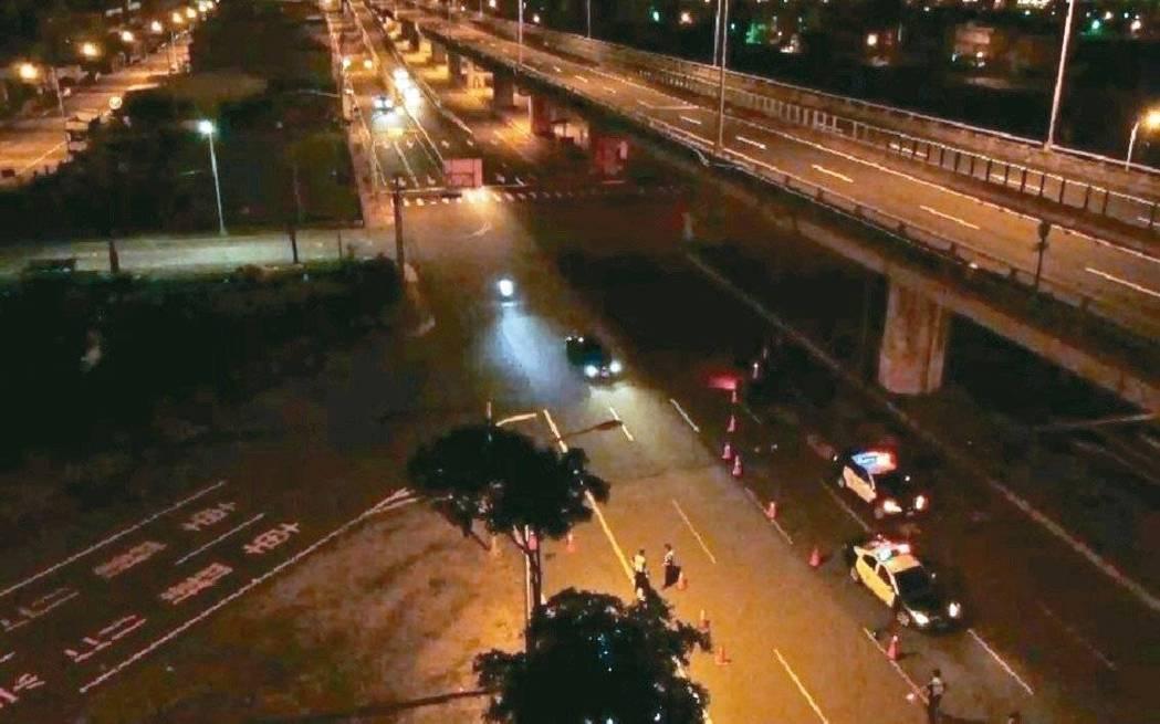 台中市警局在中秋連假期間,在台74線快速道路台中段的各匝道口執行路檢,並出動空拍...