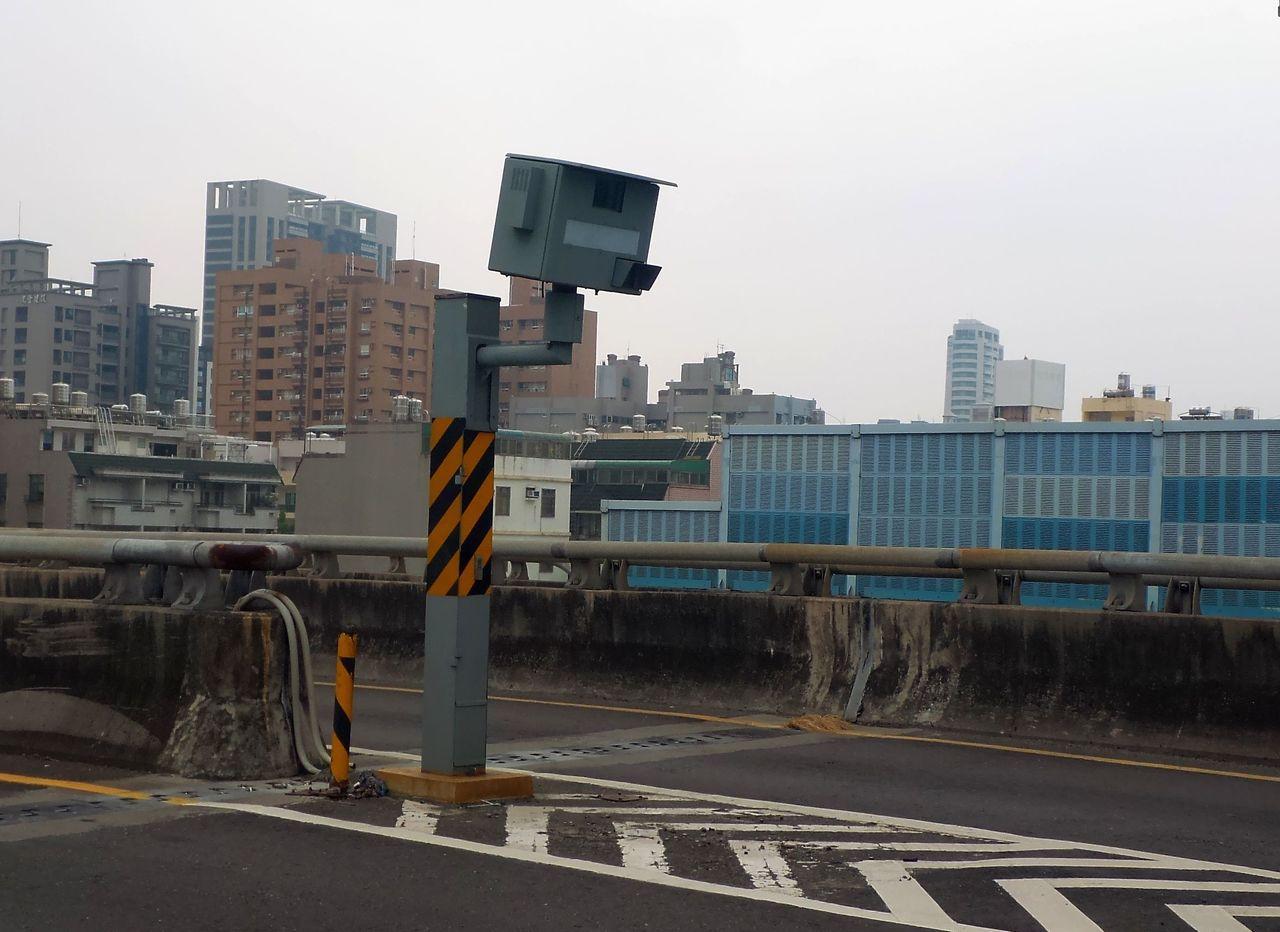 高雄市左營區大中高架橋上的違規照相測桿,因臨近高鐵站,又在國道10號末端,取締數...
