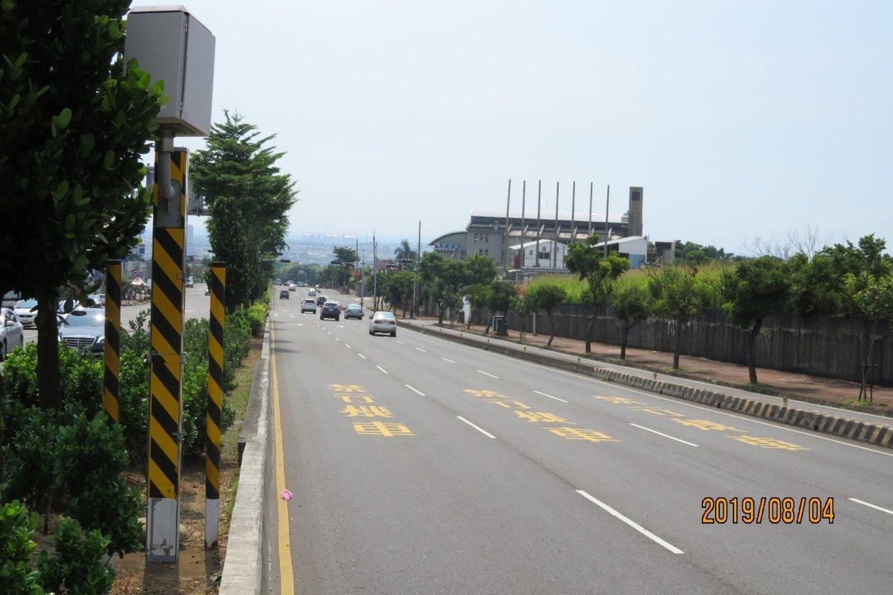 位於台中市沙鹿區中清路7段的測速照相桿,是今年1月至8月取締件數第一名。 圖/台...