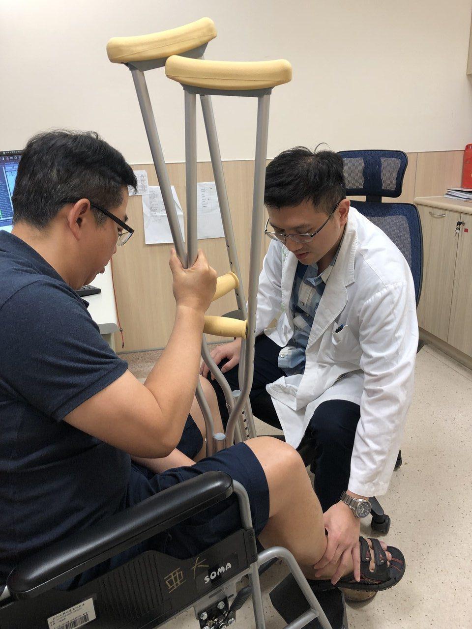 亞大醫院骨科部主治醫師林琮凱檢查患者狀況。圖/亞大醫院提供