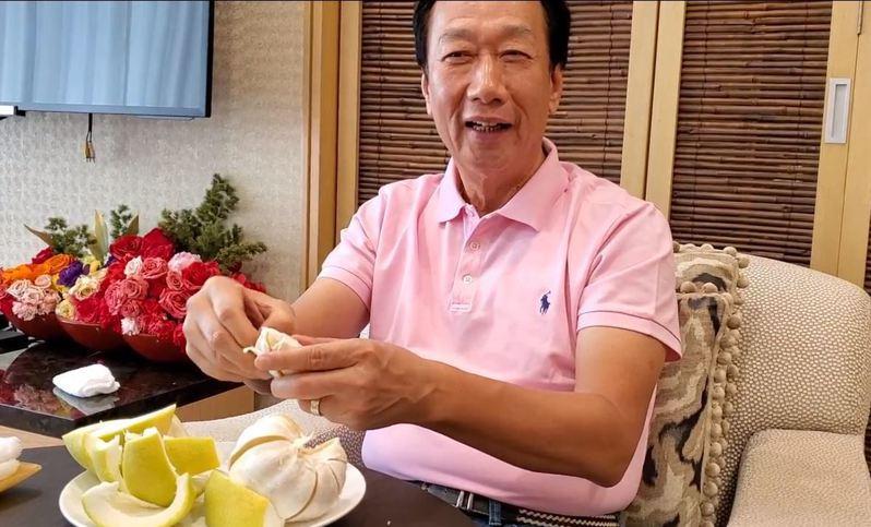 鴻海創辦人郭台銘中秋節在家吃柚子,邊剝柚子邊表達現在的心情是無黨一身輕。圖/郭台銘辦公室提供