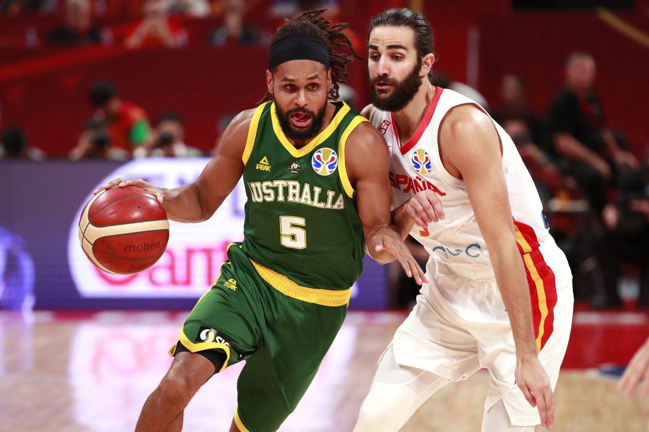 西班牙魯比歐(右)防守澳洲米爾斯。 路透