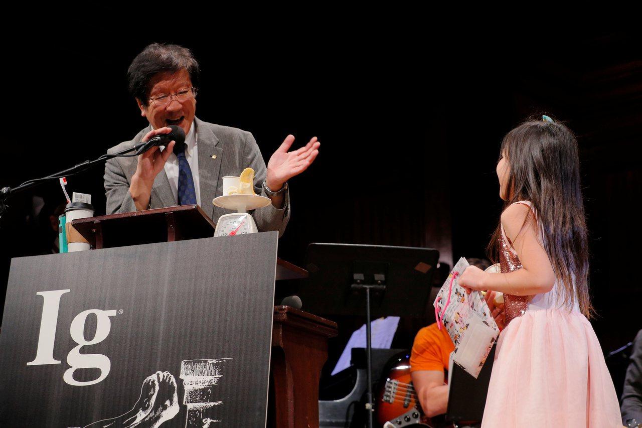 日本研究團隊獲得化學獎。圖為得主渡邊茂(左)發表感言超過60秒,被一個8歲女孩(...