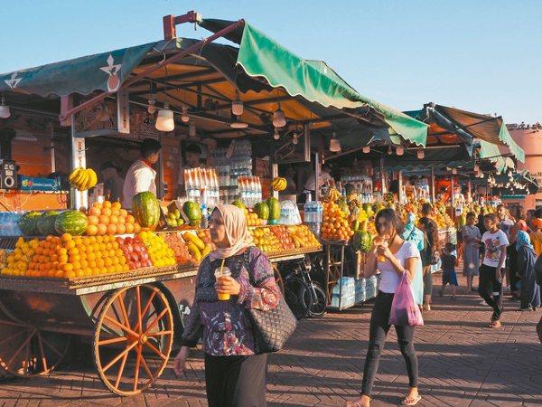 廣場的現榨果汁攤很多,是當地人最愛飲品之一鍋牛。 圖/羅建怡