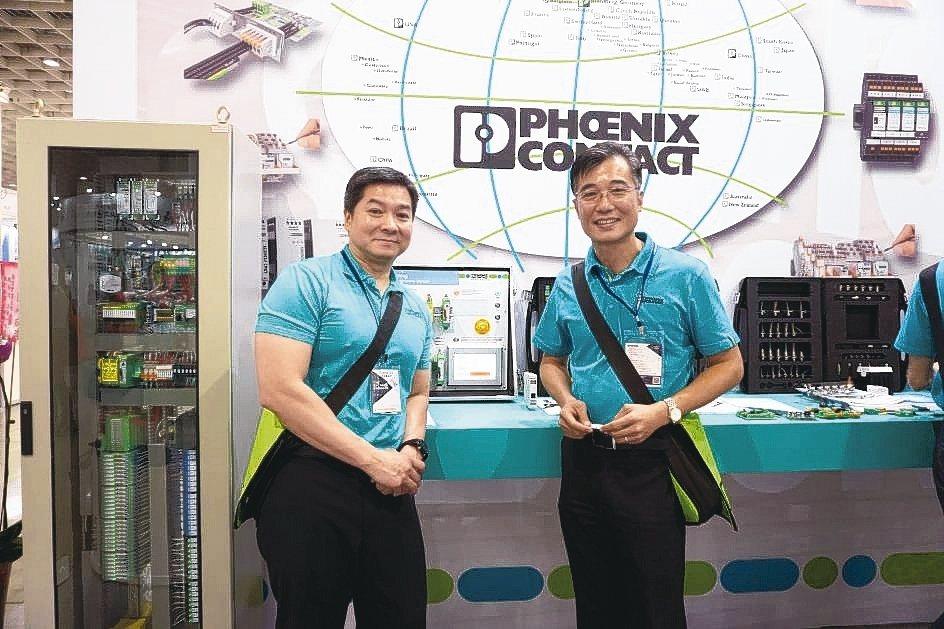 菲尼克斯總經理劉嘉舜(左)、部門經理李健德介紹優質自動化解決方案。 金萊萊/攝影
