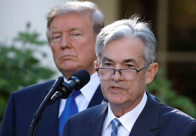 美國總統川普頻頻發言批評由鮑爾(右)領導的聯準會(Fed),力促Fed大幅降利率...