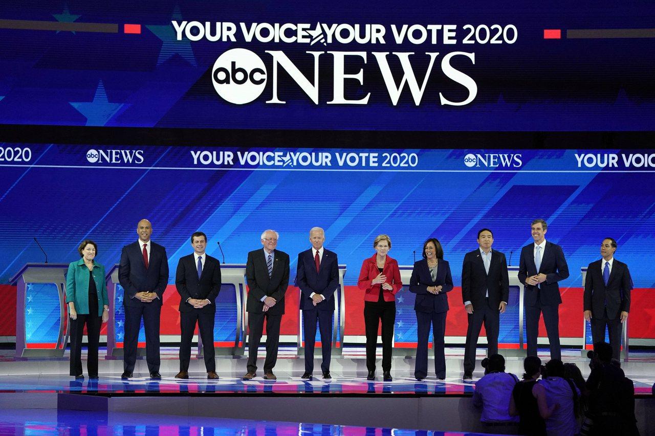 民主黨第三回合辯論,十名參選人同台。 美聯社