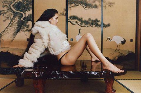 曾和南韓BIGBANG隊長G-Dragon傳緋聞的美日混血名模水原希子,憑藉姣好身材與大膽作風圈粉無數,紅遍亞洲乃至全球。近日,水原希子在Instagram貼出一系列在和室拍攝的照片,只見她半裸上身...
