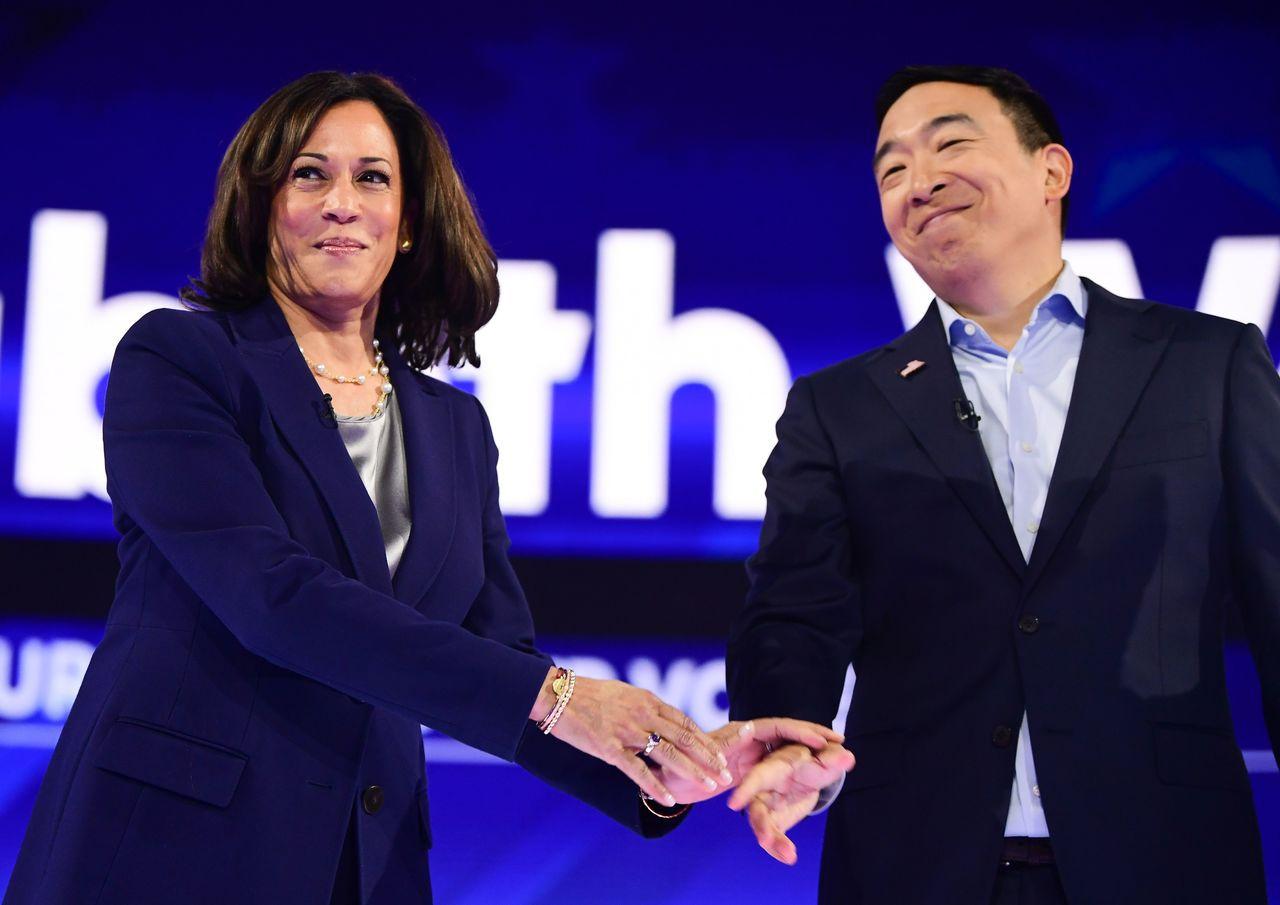 華裔參選人楊安澤(右)與人氣女將賀錦麗握手。 美聯社